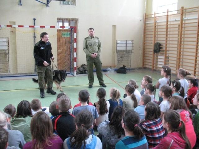 W trakcie zajęć pogranicznicy rozmawiali z uczniami szkół podstawowych na temat bezpieczeństwa podczas zabaw na świeżym powietrzu