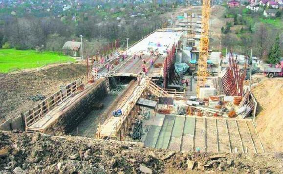 Budowa jednego z kilku ogromnych wiaduktów Obowodowej Wschodniej, który połączyć pozwoli ulicę Krakowską z Mikuszowicami.