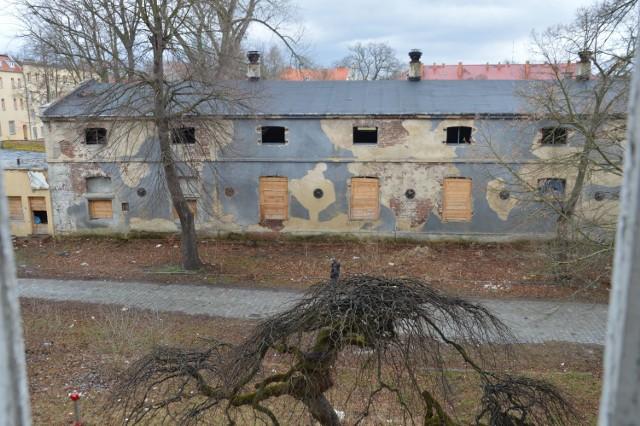 Tak wygląda dzisiaj wojskowa stajnia w dawnych koszarach 11 batalionu dowodzenia w Żaganiu. To naprawdę smutny widok