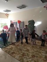 Busówno. Klub Senior Plus wystawił Królewnę Śnieżkę dla przedszkolaków