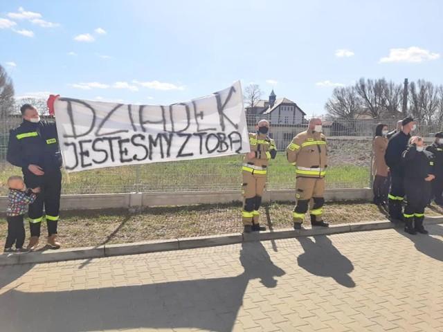 Strażacy chcieli podnieść na duchu swojego druha, pana Władysława Wargana, który przebywa na oddziale covidowym żarskiej placówki.