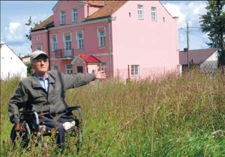 Zdzisław Gesek chciałby, aby budynek, w którym mieszka, też został tak ładnie odremontowany, foto: Marcin Sobocki
