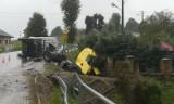 Łużna. Wypadek na DW 977. Ciągnik siodłowy wjechał do rowu. Naczepa przewróciła się na jezdnię. Obowiązuje ruch wahadłowy