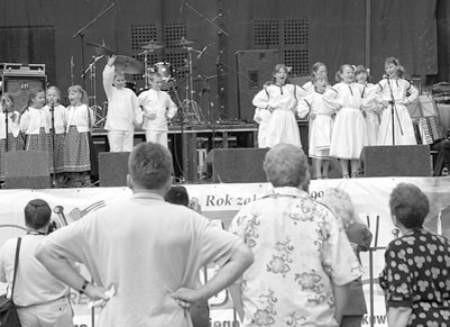 """Występ zespołu """"Dąbrowa"""" z Młodzieżowego Ośrodka Pracy Twórczej."""