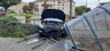Na rondzie Jagiellonów w Bydgoszczy samochód wjechał w zadaszenie podziemnego przejścia dla pieszych [zdjęcia]