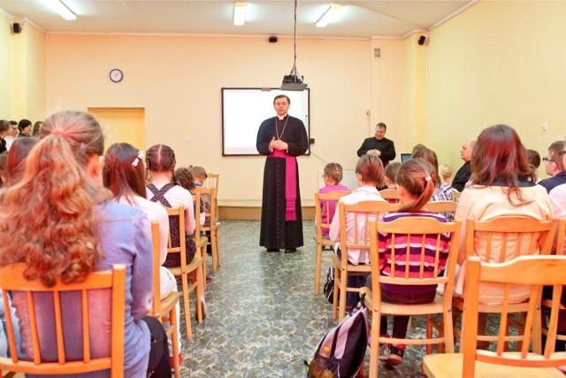 Religia nie jest obowiązkowa, żeby na nią chodzić, trzeba się zadeklarować. W Krakowie na religię nie chodzi 17 proc. uczniów