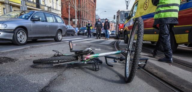 Na polskich drogach i w miastach wciąż przybywa rowerzystów. Na szczęście liczba śmiertelnych wypadków z ich udziałem nieznacznie maleje. Co roku ginie na drogach ponad 200 cyklistów. W 2017 roku o ponad 10 proc. w porównaniu z poprzednimi latami zmniejszyła się liczba wypadków z udziałem cyklistów. Jak wynika z policyjnych statystyk, do większości wypadków, w których zginęli rowerzyści doszło z winy innych użytkowników dróg. W ogromnej większości przypadków sprawcami śmiertelnych wypadków są kierowcy aut osobowych. W jakich sytuacjach dochodzi najczęściej do śmiertelnych wypadków, w których giną rowerzyści, a sprawcami są inni użytkownicy dróg? Sprawdźcie pełne zestawienie danych w naszej galerii.