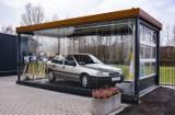 Opel Jana Pawła II stanął w szklanej gablocie przed sanktuarium w Radzyminie. To relikwia drugiego stopnia