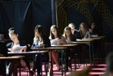 Piękne maturzystki z Poznania. Zobacz, jak radzą sobie z egzaminem maturalnym [ZDJĘCIA]
