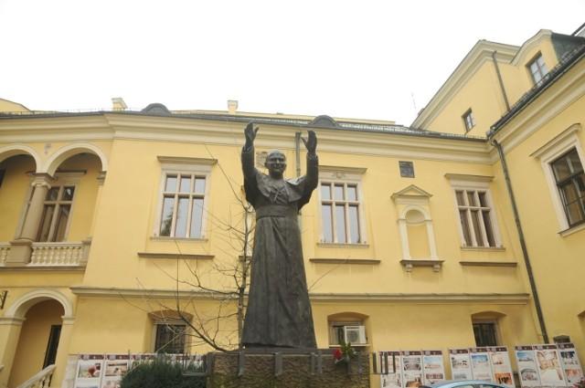 Celem ataku na mapach Google padł m.in. pomnik Jana Pawła II w Krakowie, który stoi na dziedzińcu pałacu biskupiego