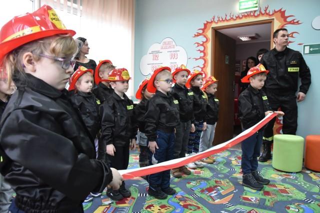 """Najmłodsi """"strażacy"""" najbardziej byli zachwyceni jazdą atrapą wozu strażackiego"""