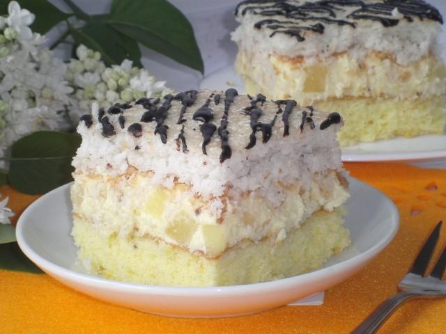 Ciasto na biszkopcie z masą budyniową,  bezą kokosową i ananasem z dodatkiem rumu. Zobaczcie przepis.