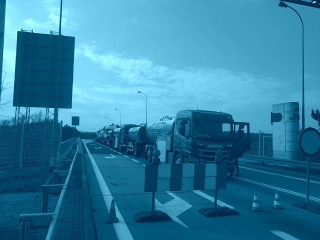 Szereg cystern przed przejściem granicznym w Gubinku. Dlaczego ten transport jest przepuszczany przez zamknięte przejście?