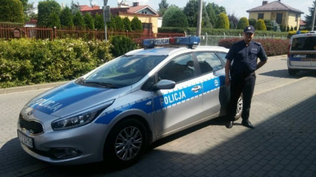 """Policja Konstancin-Jeziorna: Wspiął się na słup tamy rzecznej. """"Mężczyzna w każdej chwili mógł stracić równowagę"""""""