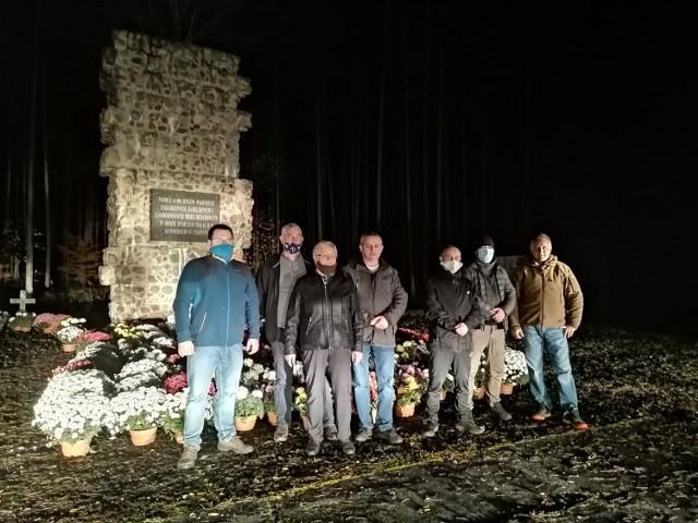 Przed pomnikiem upamiętniającym zamęczonych, zagłodzonych i zamordowanych 65 tys. jeńców,  pojawiło się 200 sztuk doniczkowych różnokolorowych chryzantem.