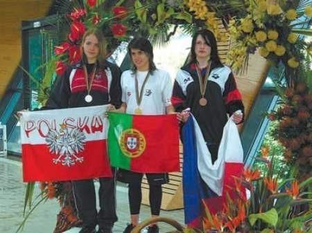Magda Fijałkowska (pierwsza z lewej) obok najlepszych pływaczek na dystansie 200 metrów stylem zmiennym.