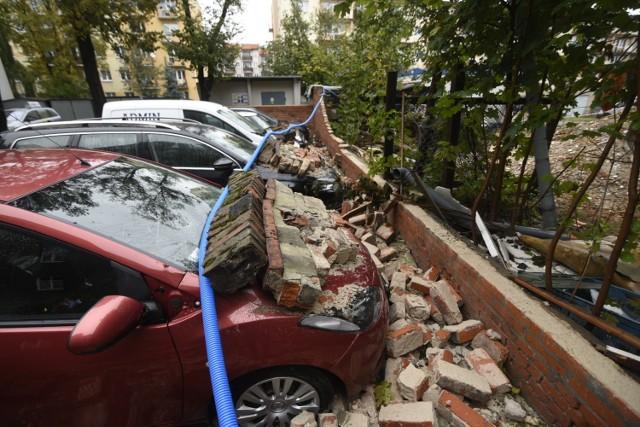 Cegły z muru odgradzającego remontowaną kamienicę przy ul. Bydgoskiej 50-52 spadły na samochody zaparkowane na sąsiedniej posesji