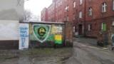 Graffiti kibiców GKS Katowice szpecą miasto. Pomazali nawet drzewa [ZDJĘCIA]