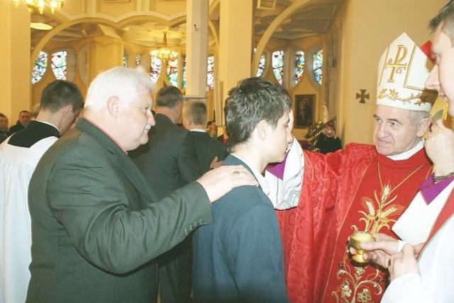 Bp Stanisław Gębicki udziela w ciechocińskiej parafii sakramentu bierzmowania.