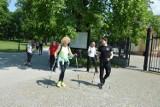 W sobotę chodzą z kijkami w parku w Skierniewicach. Bo z kijkami też trzeba umieć chodzić