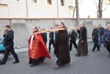 Dziś droga krzyżowa tylko w kościele. Dwa lata temu w Wielki Piątek mieszkańcy gminy Chocz ponieśli chrystusowy krzyż ulicami miasta