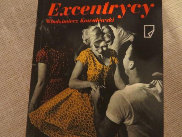 """Słuchacze Uniwersytetu dla Aktywnych,a także m.in. burmistrz Leszek Dzierżewicz, Aldona Nocna, wiceprzewodnicząca rady miejskie, leczący się w uzdrowisku aktor Andrzej Szopa, czytali mieszkańcom powieść """"Excentrycy"""", której akcja rozgrywa się w Ciechocinku pod koniec lat 50-tych. Zanim rozpoczęło się czytanie licealistka Natalia Brylińska przeczytała wiersz Marii Jasnorzewskiej - Pawlikowskiej """"Excentrycy"""". Czytanie powieści rozpoczął sam jej autor -  Włodzimierz Kowalewski, który siedział na honorowym miejscu podczas ponad dwugodzinnej lektury pod chmurką. Czytanie """"Excentryków"""" to jedna z form obchodów 5-lecia działalności Uniwersytetu dla Aktywnych."""