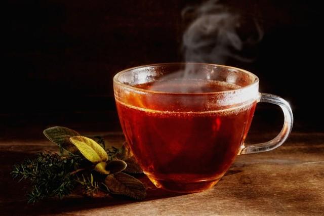 Wielbiciele gorącej herbaty powinni uważać. Dlaczego? Okazuje się, że regularne picie tego napoju w temperaturze powyżej 60 stopni Celsjusza może aż o 90 proc. zwiększać ryzyko raka przełyku. Lepiej poczekać, aż nasz ulubiony napar nieco ostygnie. . Naukowcy nie wykluczają, że niekorzystny wpływ na zdrowie mogą mieć także pozostałe płyny w temperaturze powyżej 60 stopni Celsjusza. Na razie wymaga to jednak potwierdzenia w dalszych badaniach.