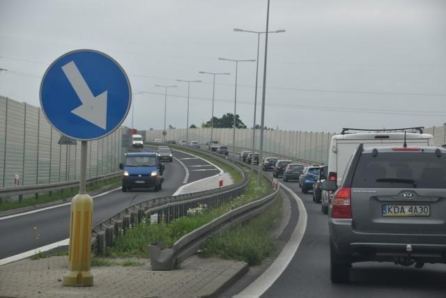 DK 73 biegnie z Kielc przez Tarnów i Jasło w kierunku granicy ze Słowacją,  S73 częściowo pokrywałaby się z istniejącą drogą i łaczyła Gorlice z autostradą
