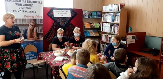 """Europejskie Dni Dziedzictwa w jędrzejowskiej """"Piątce"""". Uczniowie kosztowali regionalnych potraw i uczcili pamięć bohaterów."""