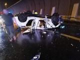 Auto dachowało w nocy na Autostradowej Obwodnicy Wrocławia. Zobacz zdjęcia!