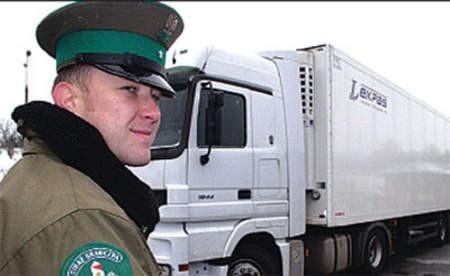 Chorąży Mirosław Kuchejda przy chłodni, w której jechali Ukraińcy. Wojciech Trzcionka