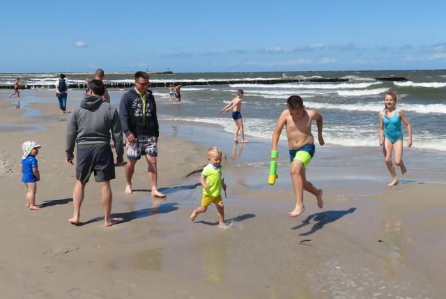 W Ustce i okolicach kilkudziesięciu hotelarzy i osób prywatnych realizuje Polski Bon Turystyczny. Lista jest wciąż otwarta i można się na nią zapisywać. A w Bałtyku już się kąpią pierwsze bonowe dzieci zadowolone z pobytu nad morzem.