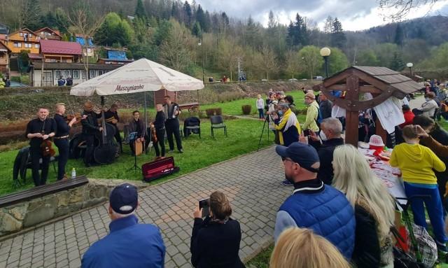 Odwiedzający ogrody mieli okazję posłuchać zespołu Folkowni