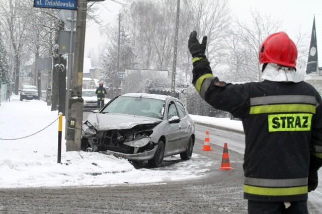 Pada śnieg, jest wyjątkowo ślisko. Ratownicy mają pełne ręce roboty.