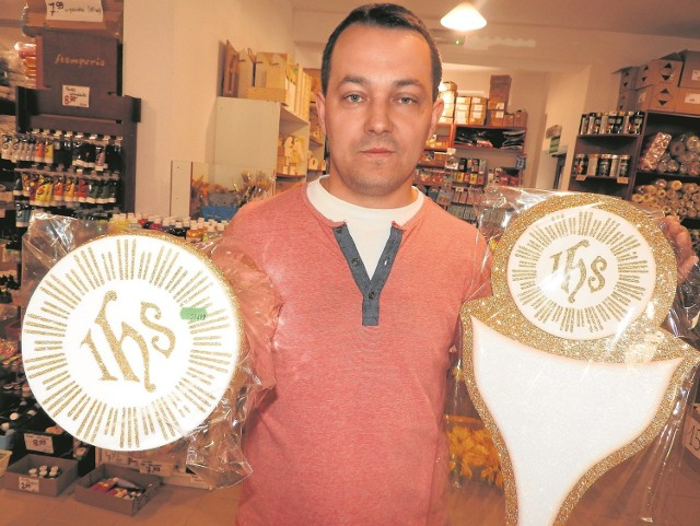 Janusz Krystian, właściciel firmy z Wadowic zajmującej się wystrojem i dekoracjami teraz będzie mógł zarobić. Z zeszłym roku było gorzej, w papieskim mieście nie było Pierwszych Komunii Świętych