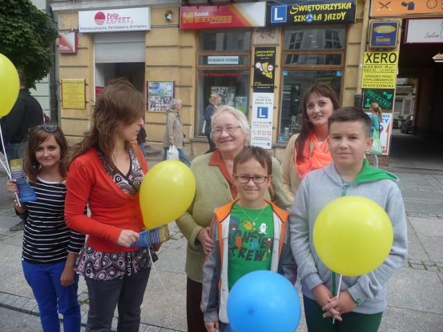 Pani Zenobia Pękalska razem z wnukami Piotrem i Mikołajem zachęceni przez przedstawicielki fundacji  powiedzieli, że chętnie pomogą niewidomym na Ukrainie, bo wiedzą co znaczą problemy ze wzrokiem