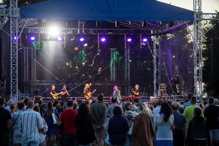 Zespół Raz, Dwa, Trzy na koncercie w Pucku. Na Zielonej Plaży zagrał też Seweryn z zespołem. Nostalgicznie nad Zatoką Pucką | ZDJĘCIA