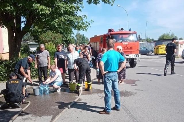 W niedzielę wodę mieszkańcom Dąbrowy Tarnowskiej dostarczali m.in. strażacy z OSP Żelazówka