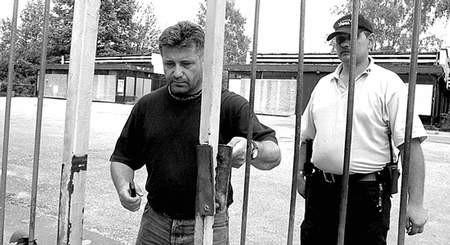 """Wczoraj Krzysztof Federowicz (z lewej) w asyście ochroniarzy pokonał bramę """"Fali"""".  Fot. Krzysztof Matuszyński"""