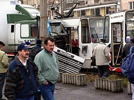 Ciężarówka wjechała wprost pod tramwaj.  Foto: KAK