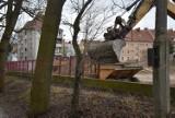 Przy stadionie znika ogrodzenie, a nawet drzewa