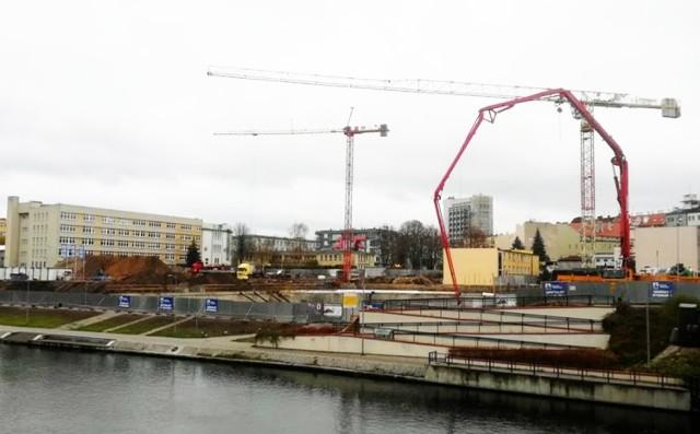Rewitalizacja kompleksu Astoria na cele sportowo-rekreacyjne wraz z budową 50-metrowego basenu to obecnie największa inwestycja budowlana w Bydgoszczy - informuje UM Bydgoszczy. Na kontynuację prac w przyszłorocznym budżecie zarezerwowana została kwota 49,2 mln zł. Za prace odpowiada firma Alstal, która wygrała przetarg i latem weszła na plac budowy.   Wykonywana jest pierwsza część płyty fundamentowej. Wykonawca łączy te prace z hydroizolacją typu ciężkiego stosowaną ze względu na poziom wód gruntowych sięgający powyżej podłogi piwnicy. Od poniedziałku na budowie pracują również dwa żurawie, które ułatwiają transport materiałów budowlanych. Płyta zalewana jest natomiast z użyciem specjalistycznych pomp do betonu.  TOP SPORTOWY