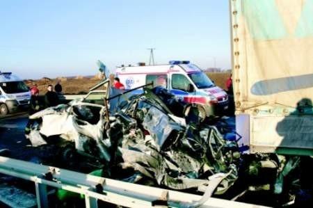 Tir zmiażdżył osobowe auto. Kierowca zginął na miejscu