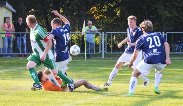W tej akcji piłkarze Przeciszovii (w niebieskich koszulkach) strzelą bramkę. W oświęcimskiej piłkarskiej klasie A w Łękach miejscowa Soła przegrała z Przeciszovią 2:3.