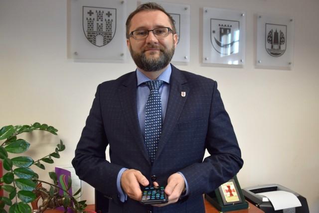 - Podpisaliśmy z Ministerstwem Finansów aneks do umowy, który obniżył oprocentowanie pożyczki rządowej o połowę - mówi starosta kluczborski Mirosław Birecki.