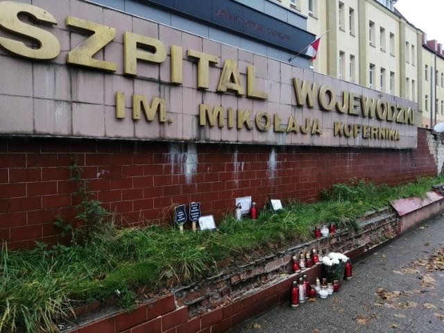 ]Protest lekarzy. Znicze i tablice przypominające nekrologi przed Szpitalem  im. Kopernika 2.11.2020