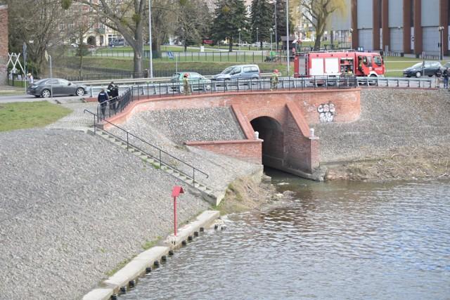 Ciało mężczyzny, w znacznym stopniu rozkładu wyłowiono dziś (7 kwietnia) z Rowu Hermana w Grudziądzu.