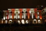 Urząd dzielnicy Śródmieście. Biało-czerwona iluminacja w samym centrum Warszawy [ZDJĘCIA]
