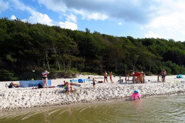 Na wszystkich polskich plażach panuje tłok, nawet w tych tzw. spokojnych, odludnych miejscach. Zobaczcie jak wypoczywają turyści na plaży w okolicy Poddąbiu. Zapraszamy do galerii zdjęć.