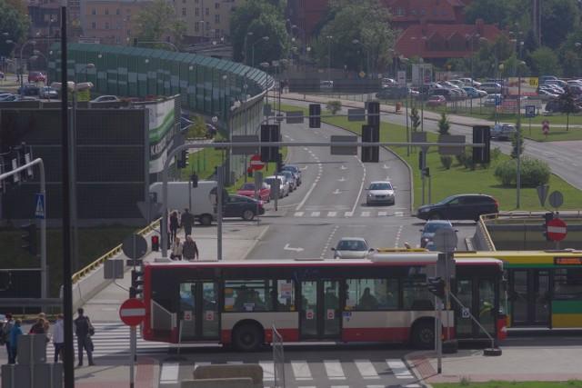 Widok na skrzyżowanie Roździeńskiego i Dudy-Gracza z kładki między parkiem a muzeum